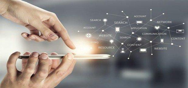 Một người nhấn các nút trên điện thoại di động và mạng kỹ thuật số kết nối các thuật ngữ quảng cáo khác nhau bằng các dấu chấm và đường.